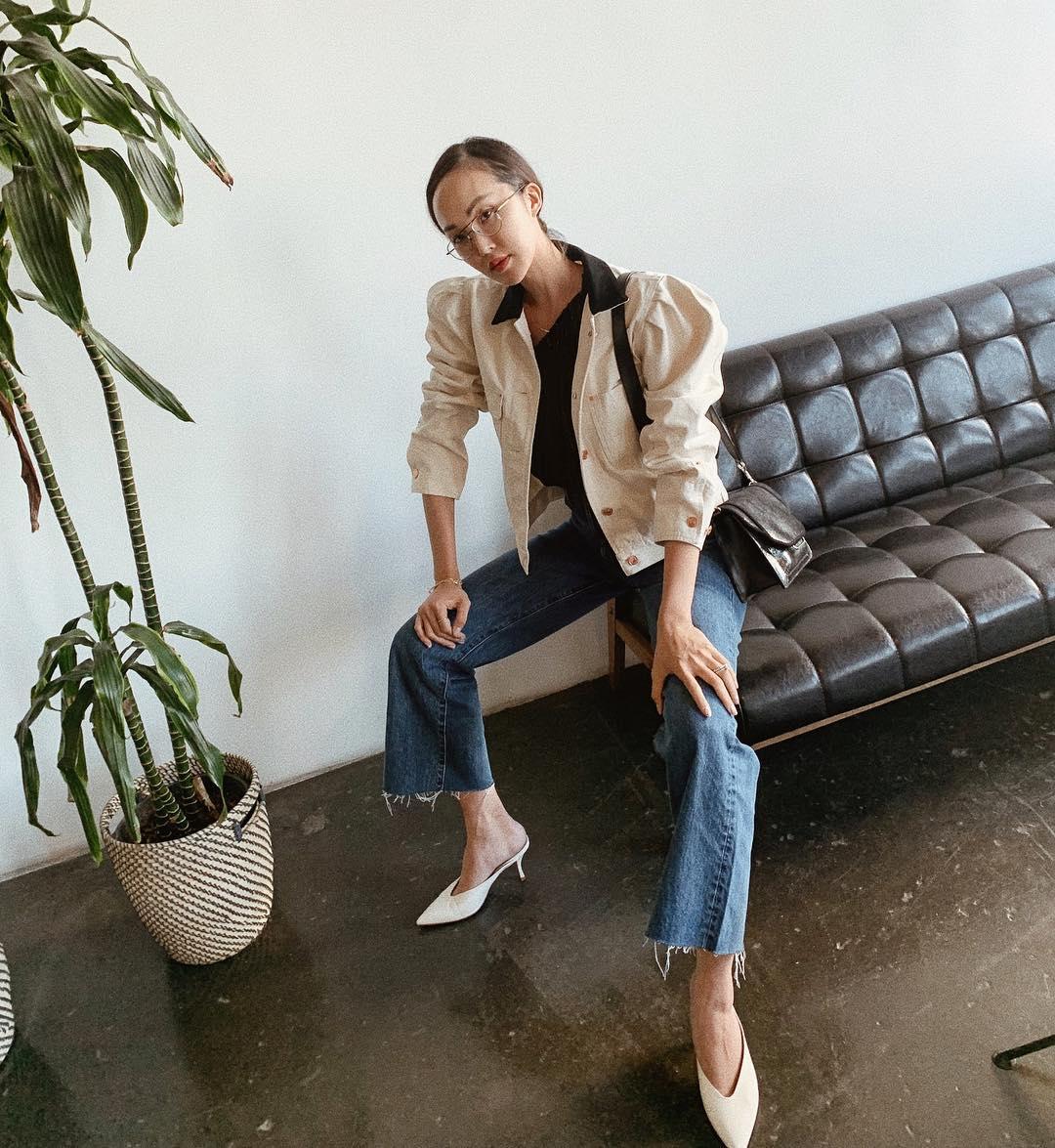 Chriselle Lim mang giày mules mũi nhọn màu trắng, mặc áo blazer, quần jeans