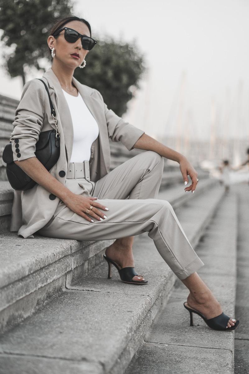 Cô gái mặc âu phục mang giày mules mũi vuông màu đen