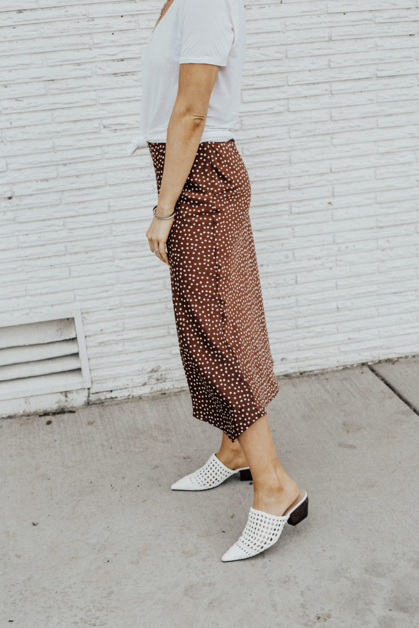 Giày mules trắng đan móc gót gỗ