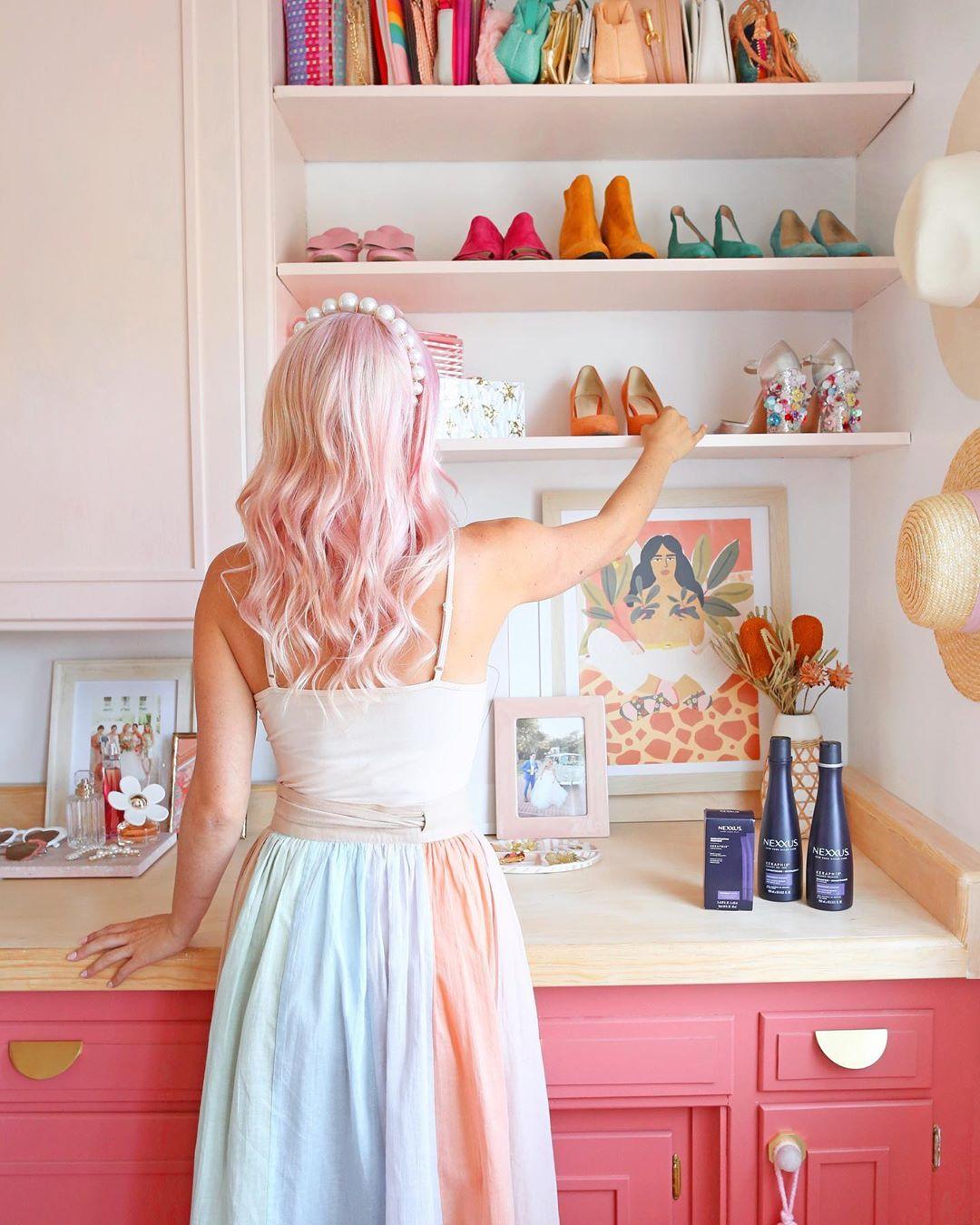 Cô gái đeo tóc hồng đeo băng đô ngọc trai, mặc váy màu pastel