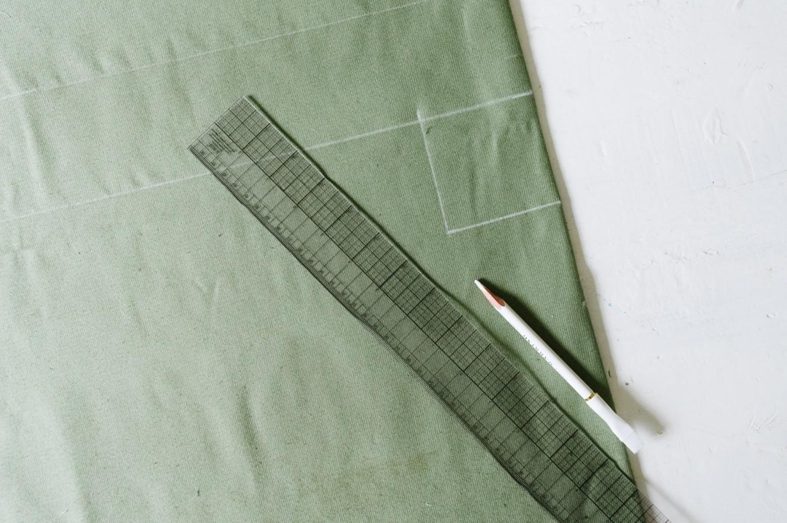 Cách may túi vải tại nhà - vẽ phác lên vải