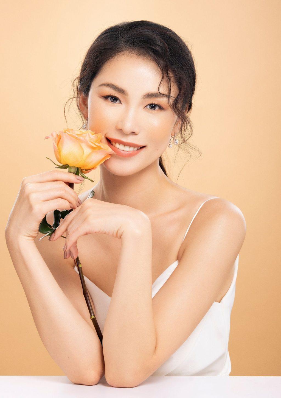 Menard-Cô gái cầm hoa.