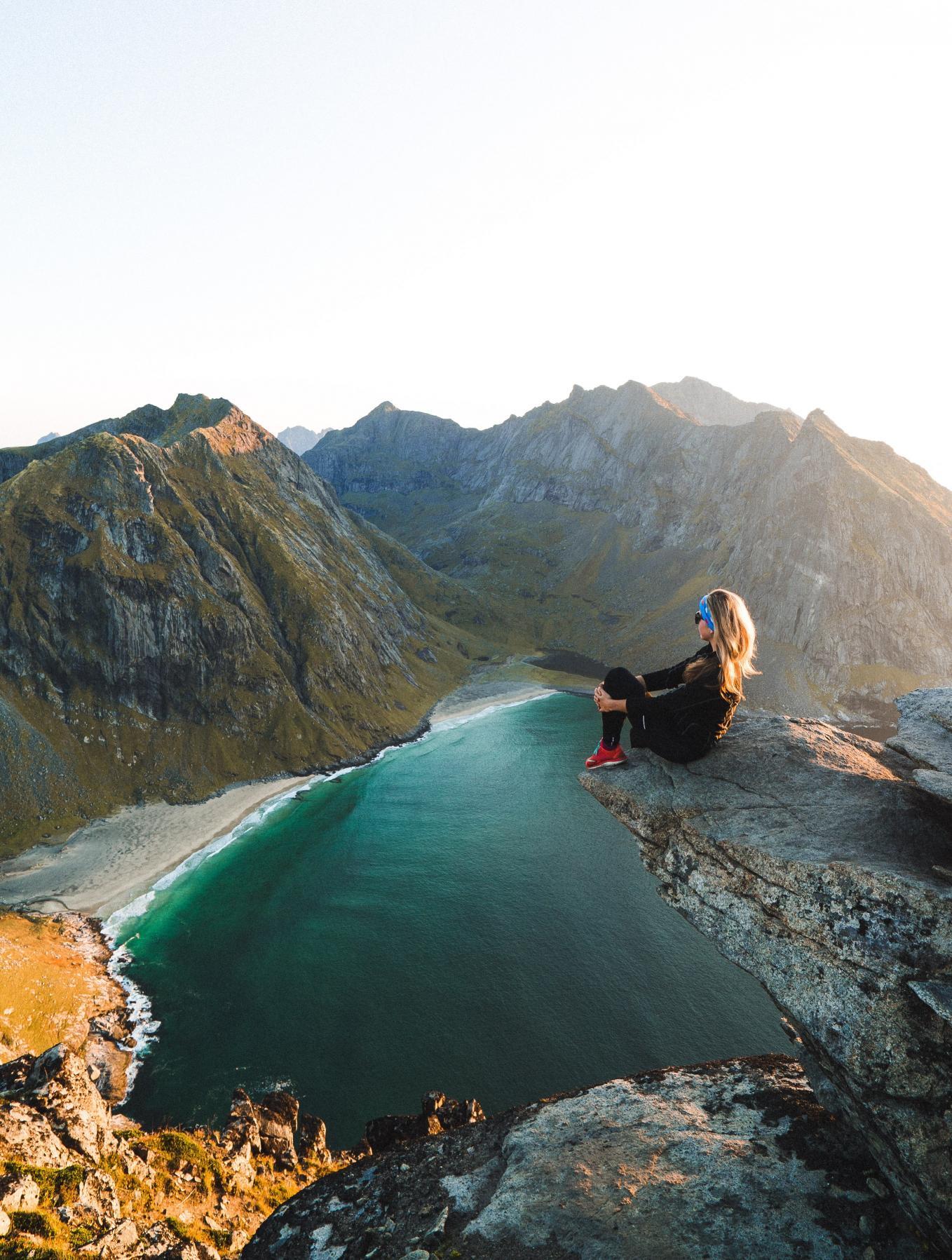 cung hoàng đạo cô gái ngồi trên vách đá