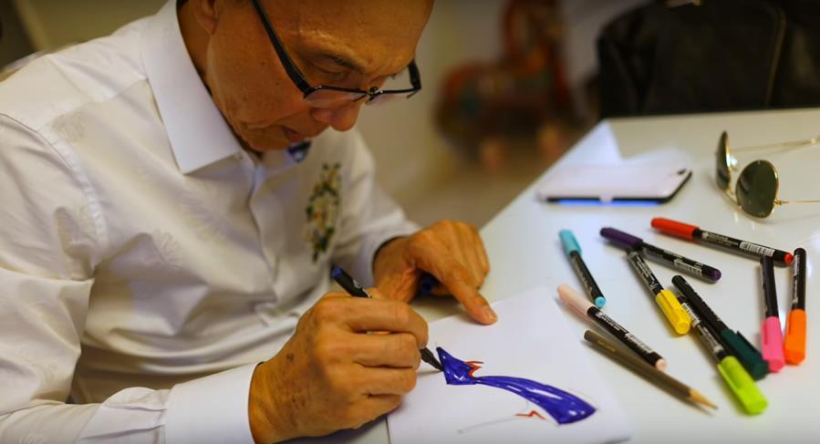 NTK Prof.Jimmy Choo OBE đang vẽ phác thảo ốp lưng OPPO