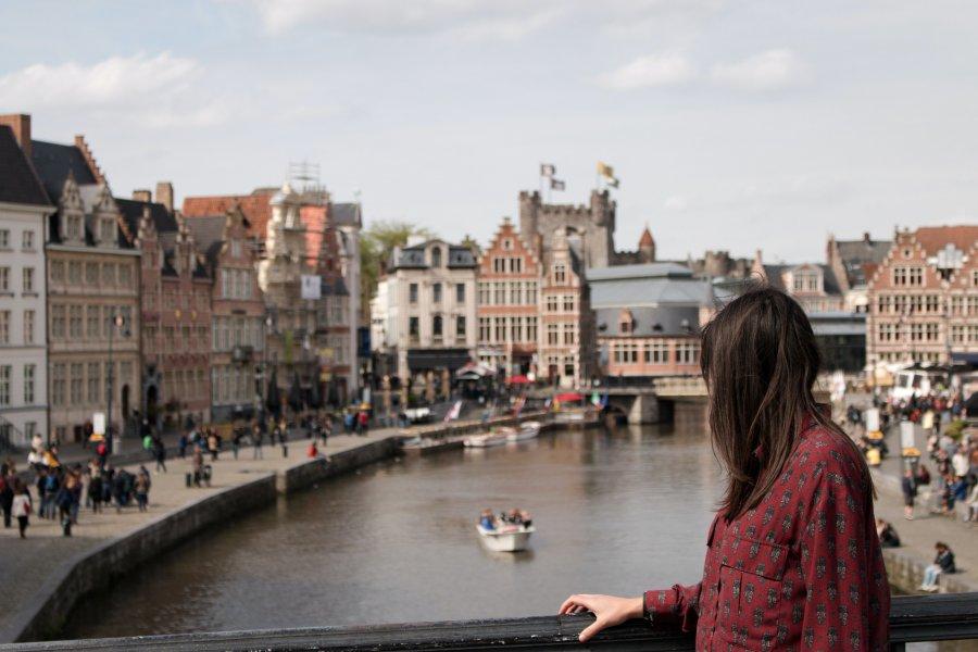 cô gái áo đỏ đứng bên cầu