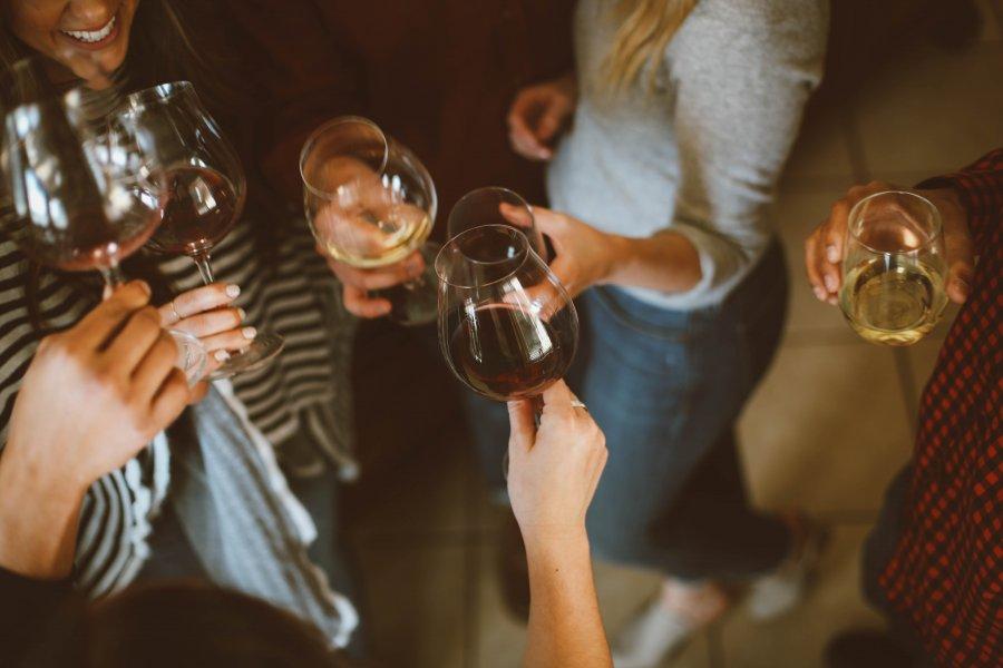 nhóm bạn uống rượu