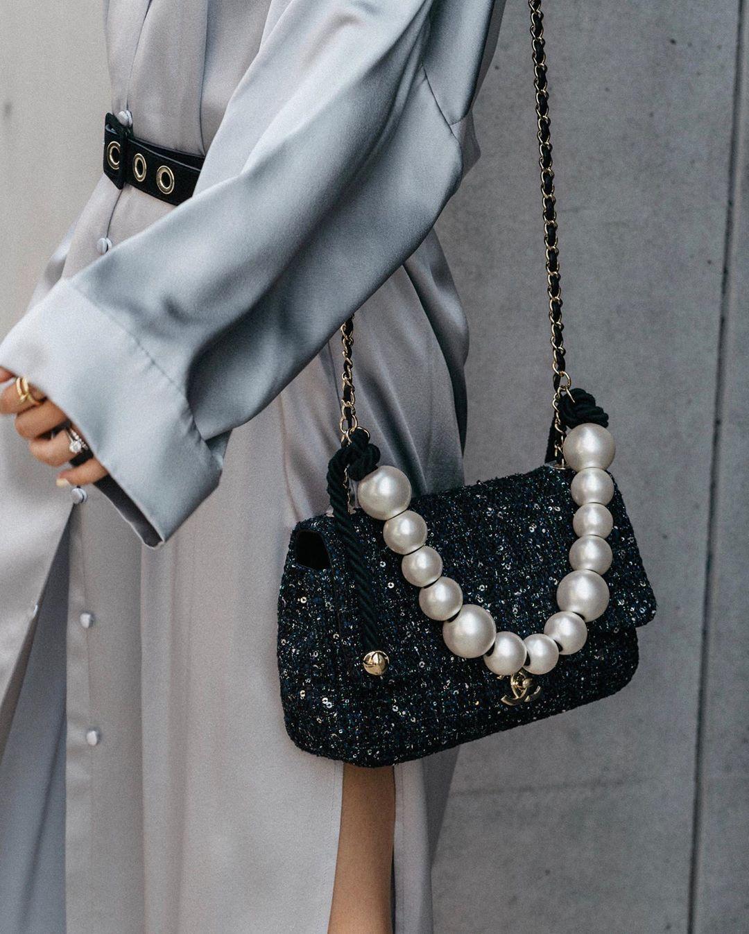 Túi xách thương hiệu thời trang Chanel màu đen quai xách ngọc trai