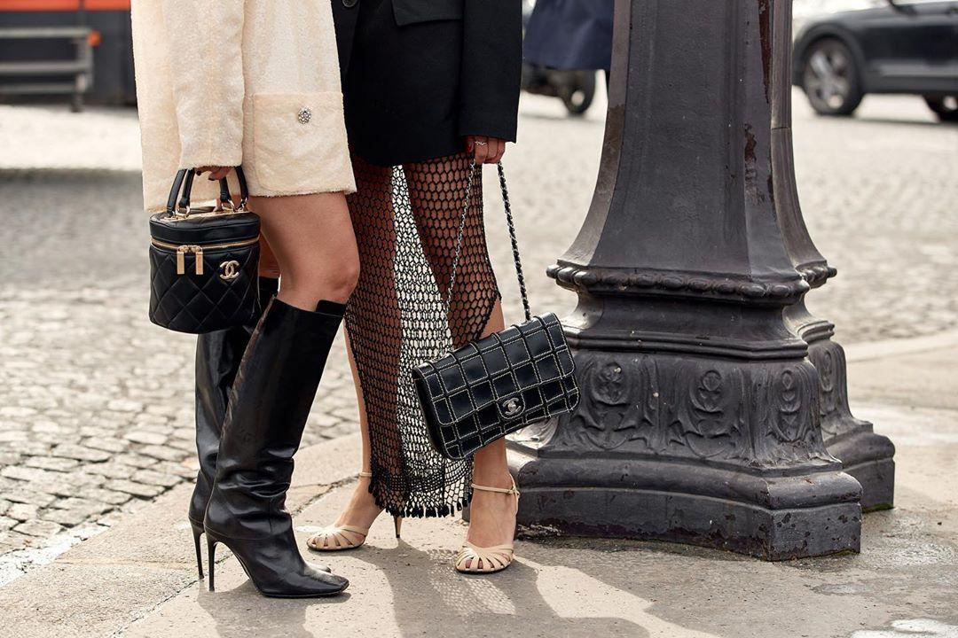 Túi xách thương hiệu thời trang Chanel trên đường phố
