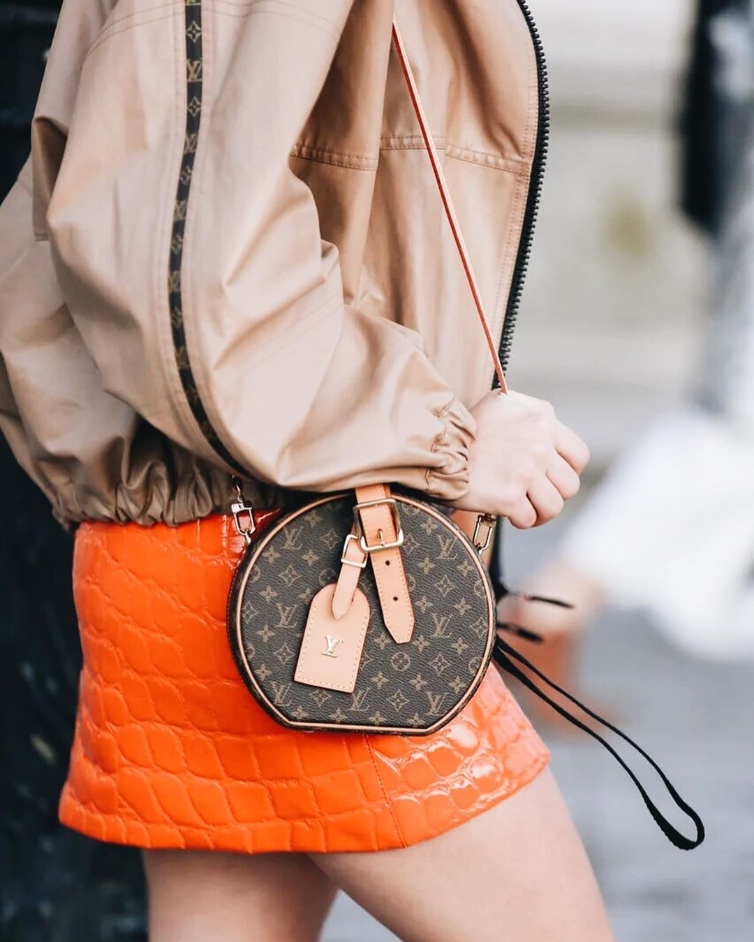 Túi xách thương hiệu thời trang Louis Vuitton hình tròn in hologram