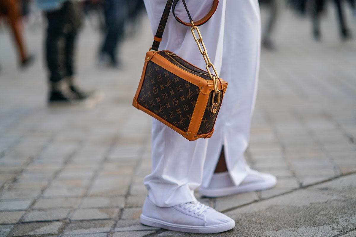 Túi xách dạng hộp in hologram của thương hiệu thời trang Louis Vuitton