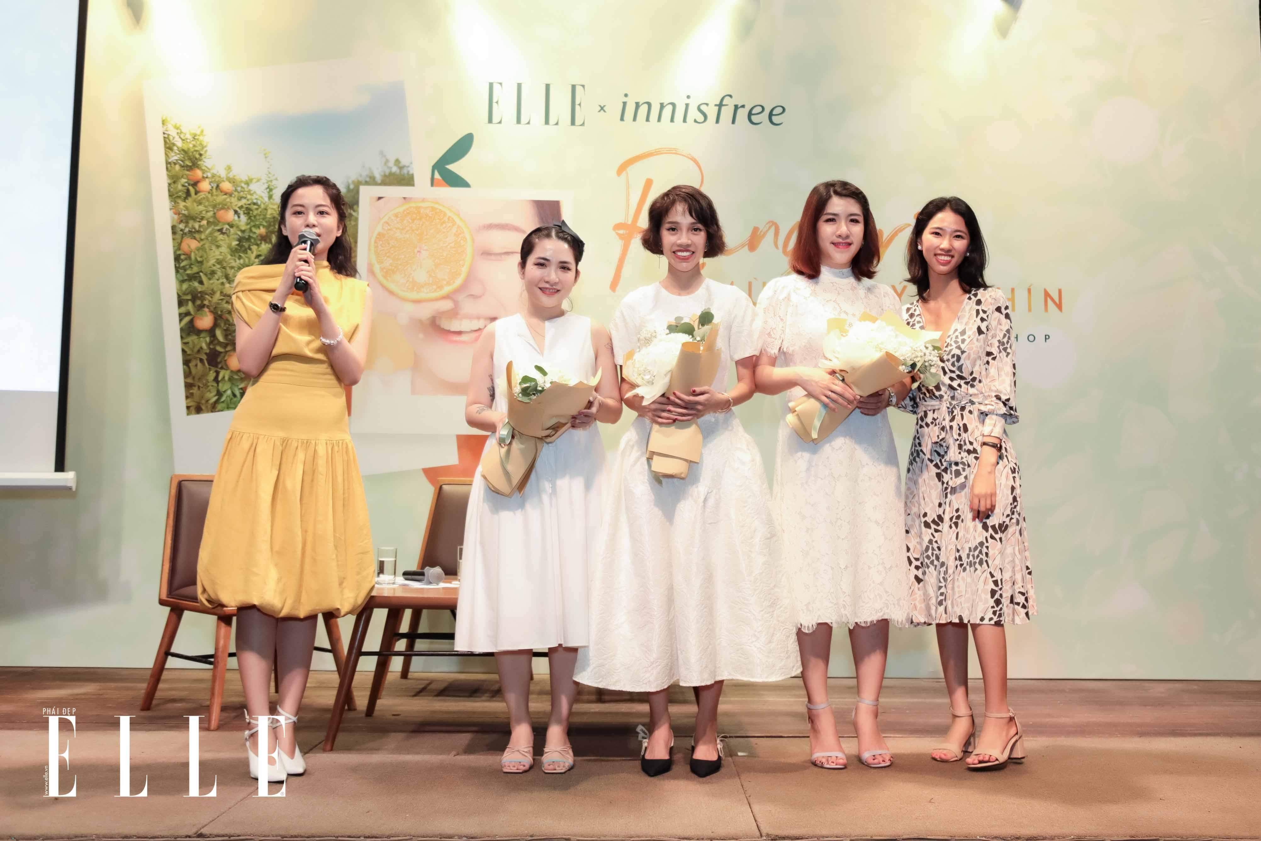 Đại diện innisfree trao hoa cho khách mời tại workshop rạng rỡ mùa quýt chín