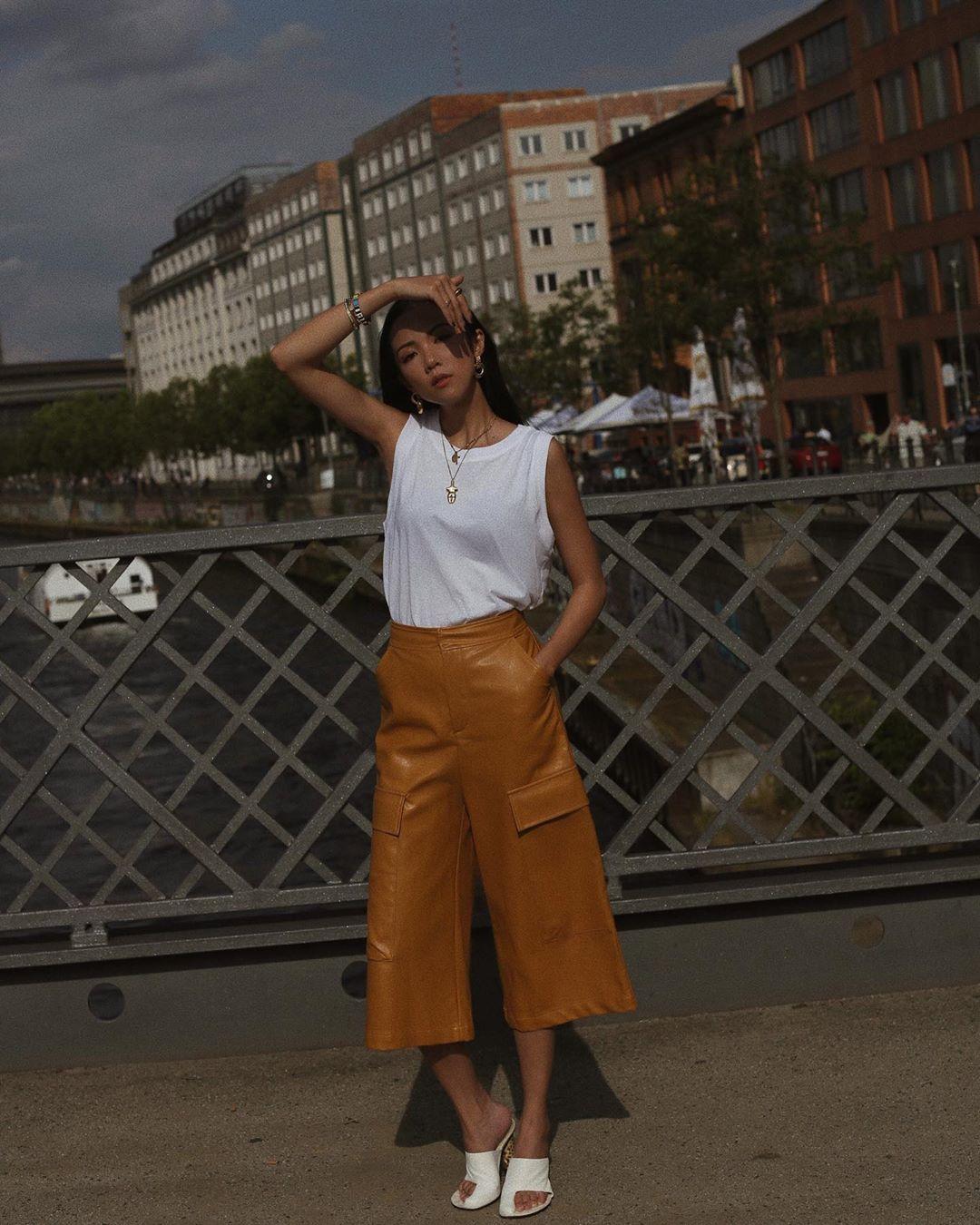 quần culottes vàng áo tank top trắng yoyo cao
