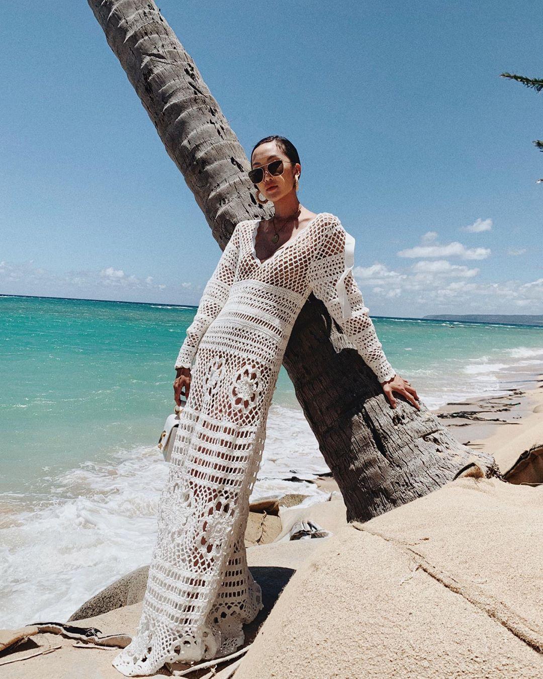 Fashionista Chriselle Lim mặc váy mùa hè đan móc màu trắng đi biển