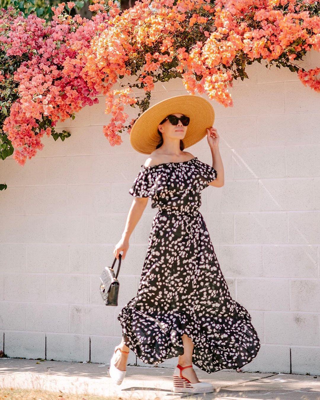 váy mùa hè trễ vai chấm bi trắng đen, mũ rộng vành