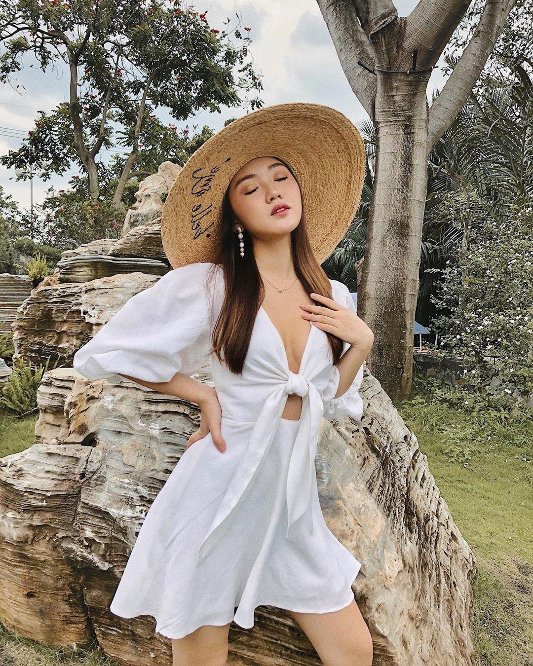 Beauty Blogger Chloe Nguyễn mặc váy mùa hè tay phồng màu trắng