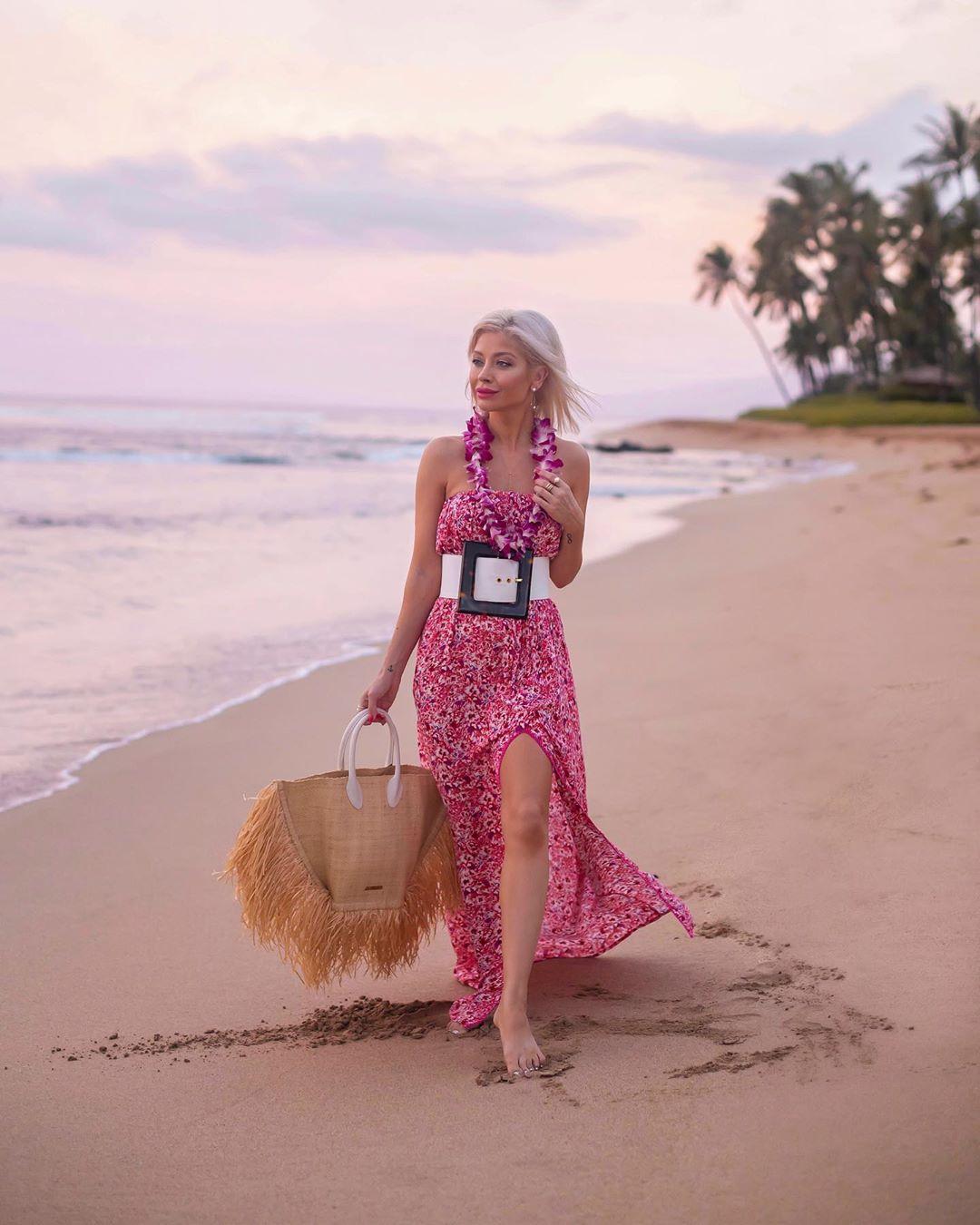 Váy mùa hè voan dài in hoa màu hồng, túi cói đi biển