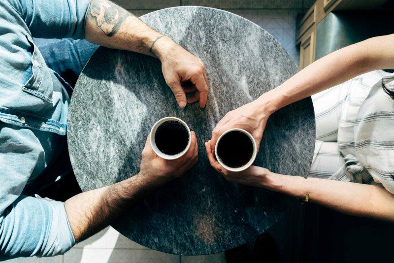 tinh thần uống cà phê