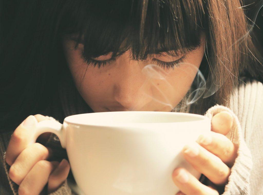 Sữa đậu nành-Cô gái cầm tách màu trắng.