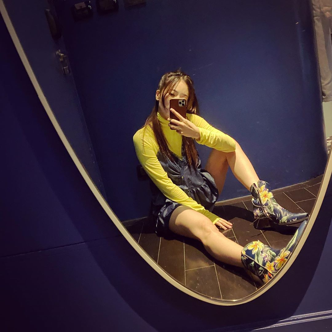 áo dài tay màu pantone lime punch giày hoa hyuna