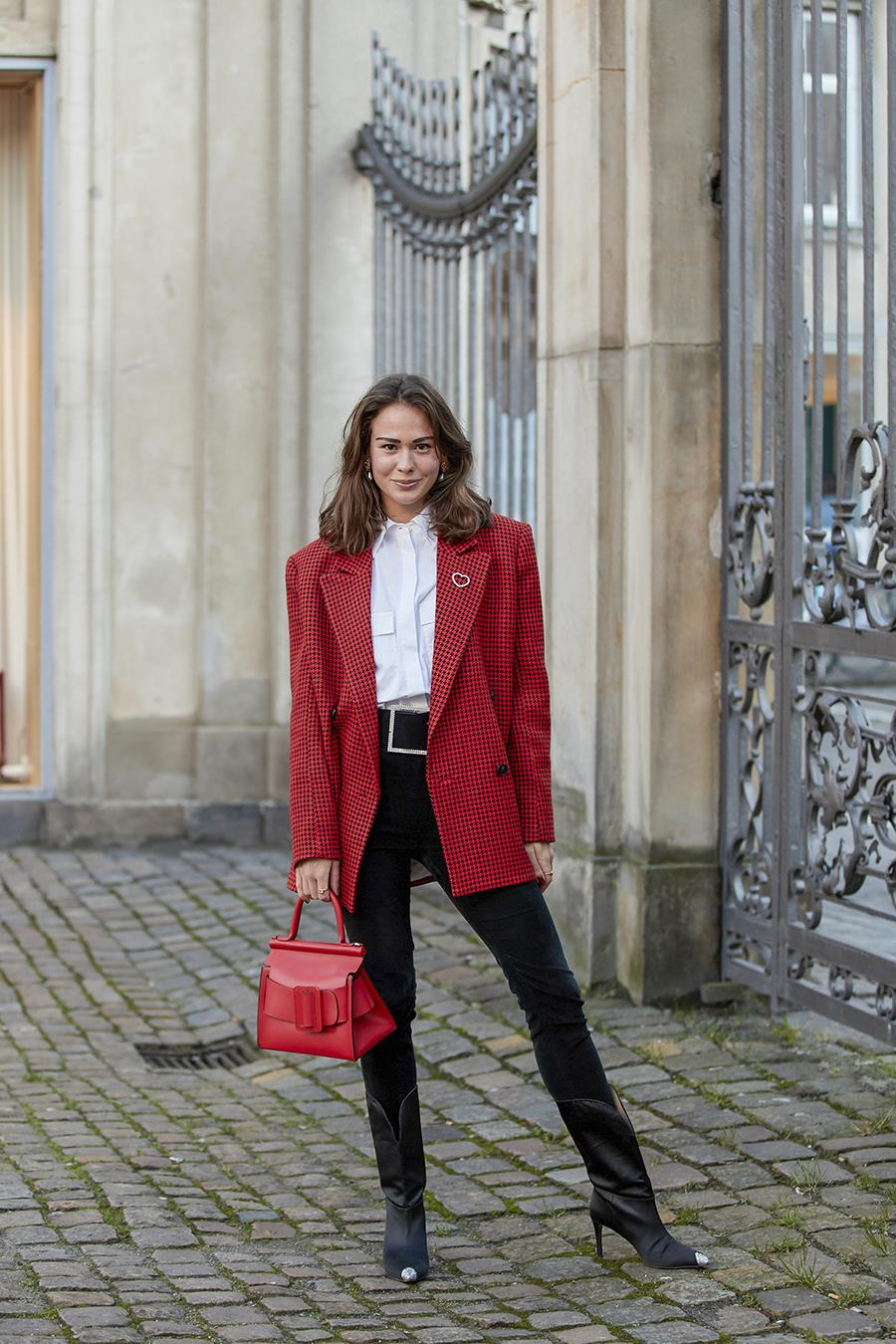 street style màu pantone đỏ samba