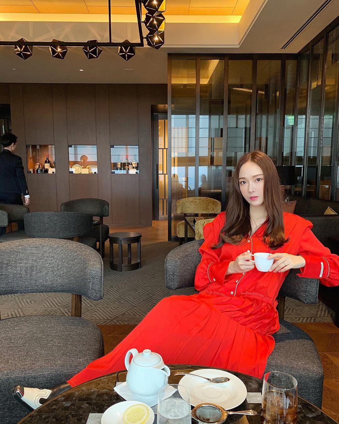 trang phục đầm dài tay màu đỏ pantone flame scarlet jessica jung