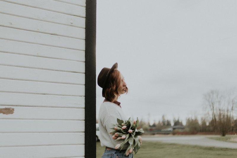 cung hoàng đạo cô gái cầm hoa