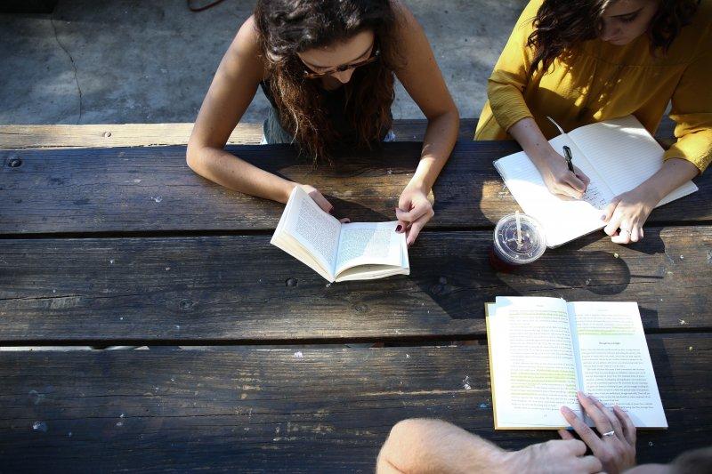 nhóm bạn đọc sách