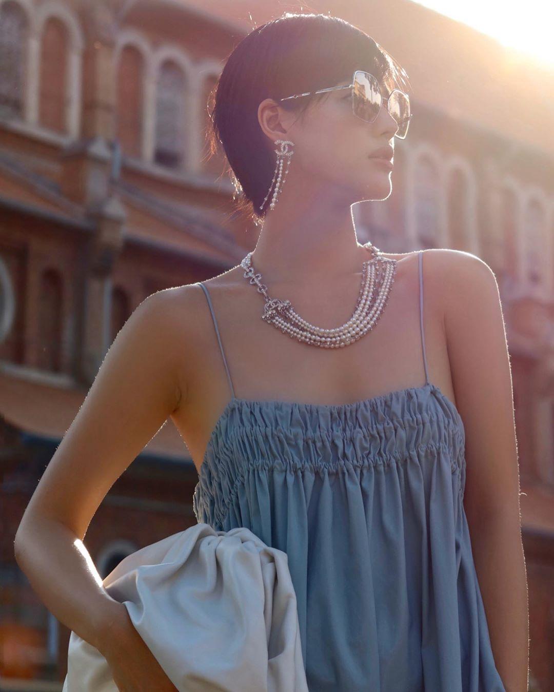 Khánh Linh đeo hoa tai tua rua và vòng cổ Chanel, mặc áo hai dây