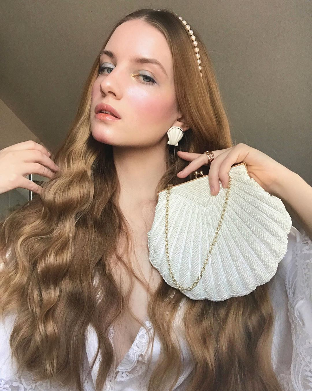Hoa tai và túi xách hình vỏ sò màu trắng, băng đô ngọc trai