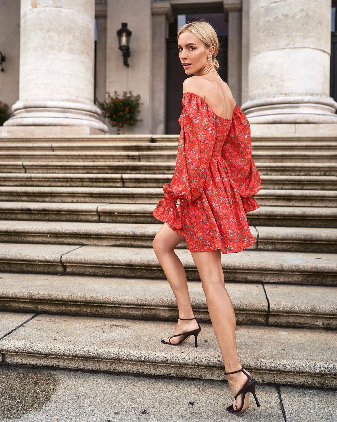 Váy trễ vai in hoa nhí tay phồng màu đỏ, giày sandals cao gót dây mảnh màu đen