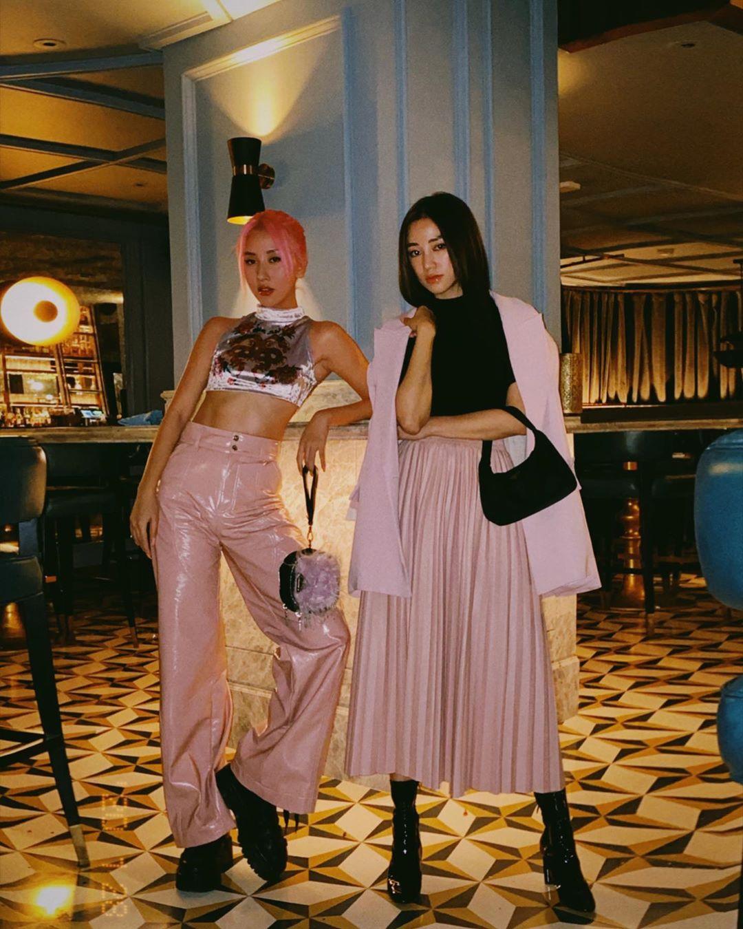 váy xếp ly màu hồng áo blazer áo thun đen salim