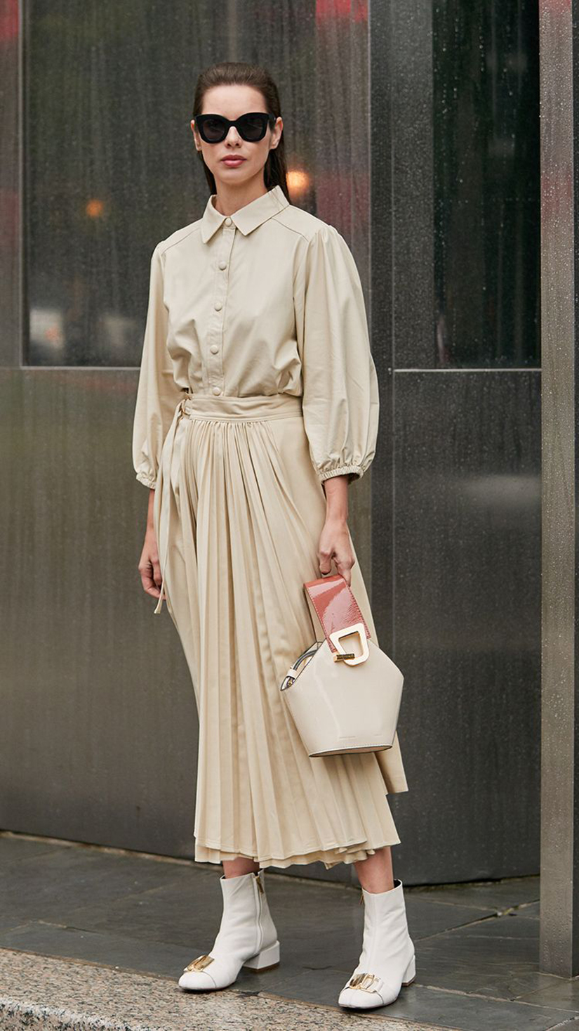 váy xếp ly màu kem trang phục monochrome boots cao cổ