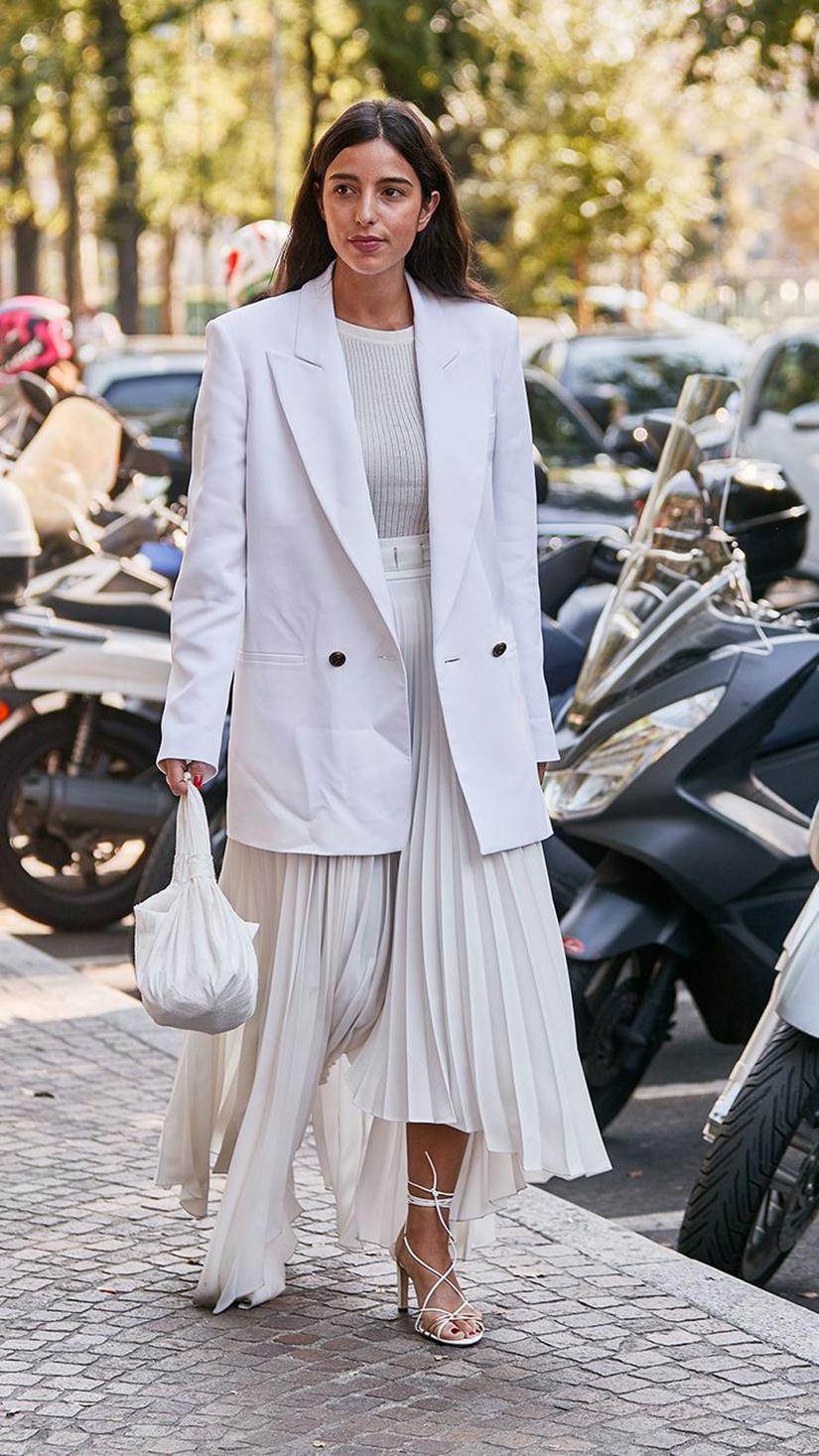váy xếp ly trắng trang phục monochrome áo blazer