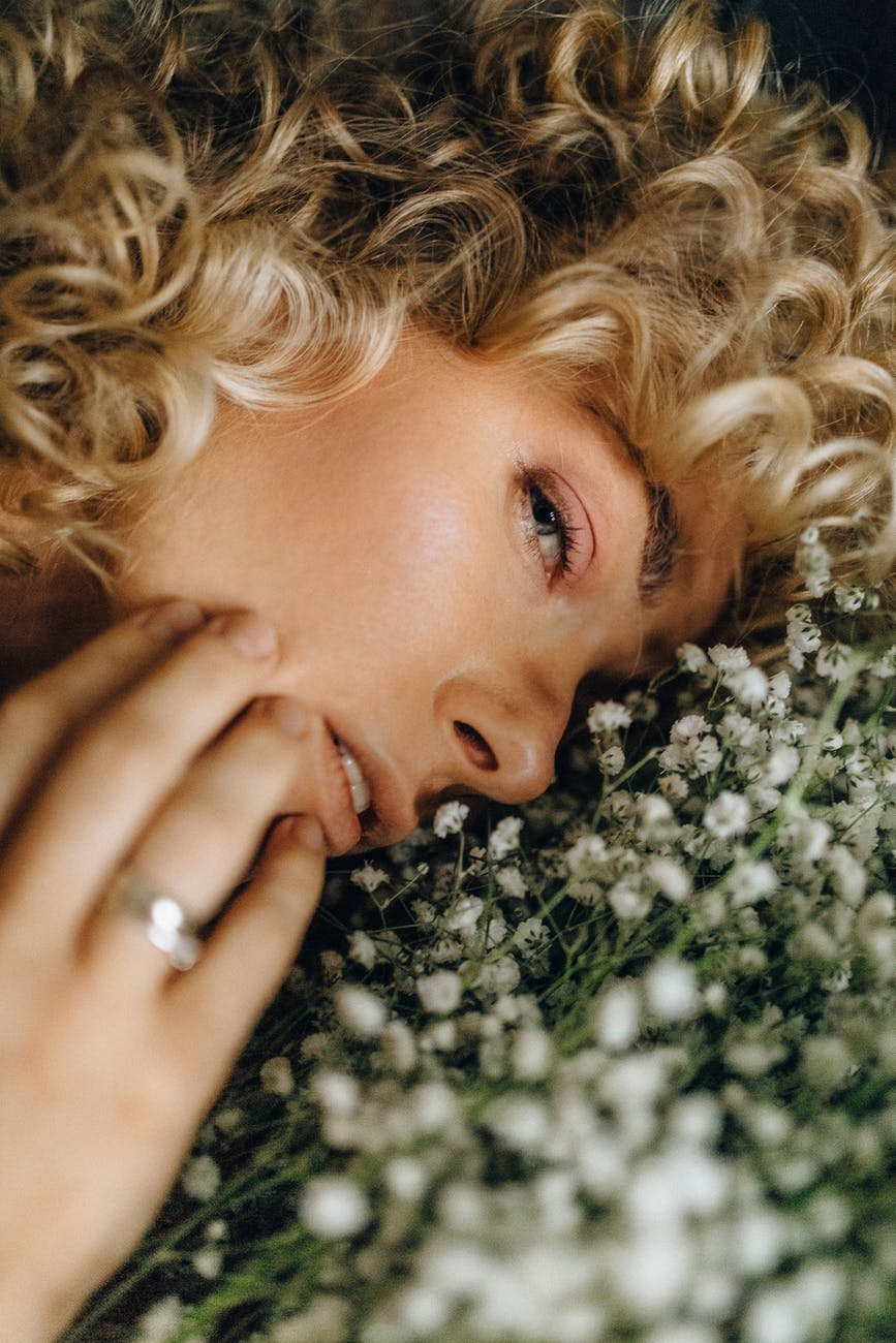 Làm đẹp-Cô gái bên đóa hoa.