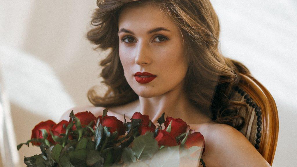 Làm đẹp-Cô gái ôm hoa hồng.
