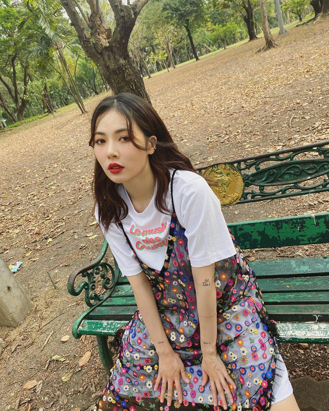 Thời trang cung Song Tử - Hyuna mặc áo thun trắng và đầm voan hoa xuyên thấu