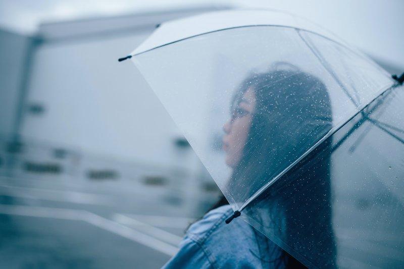 cô gái cầm ô