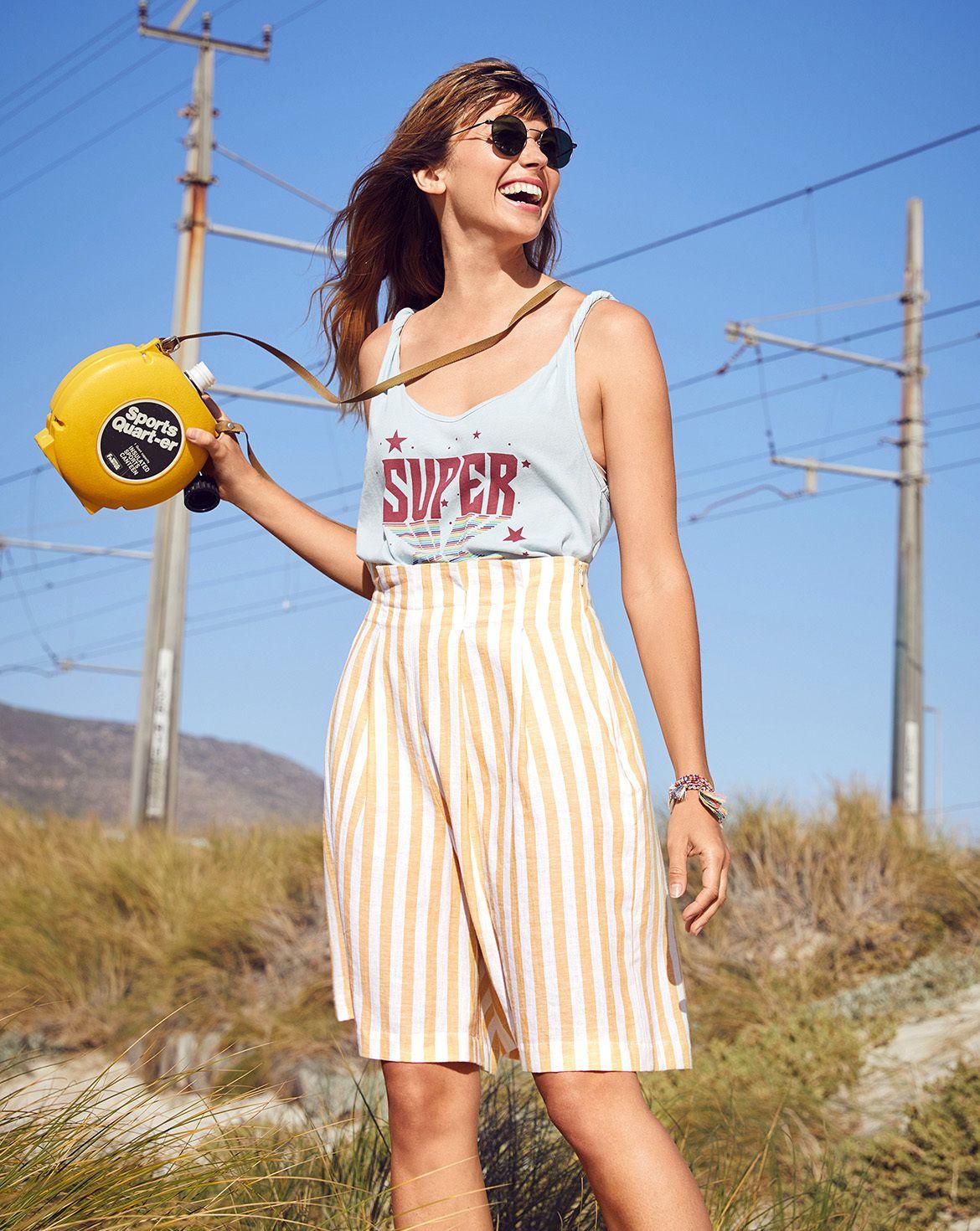quần short bermuda vàng kẻ sọc dọc áo thun tannk top