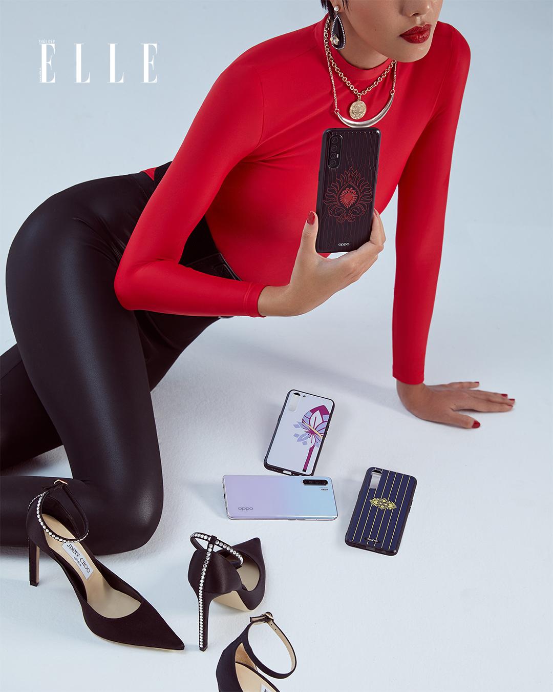 Bộ ảnh thời trang Bản Ngã Thời Thượng - Người mẫu diện áo đỏ và legging đen, cầm điện thoại OPPO Reno3