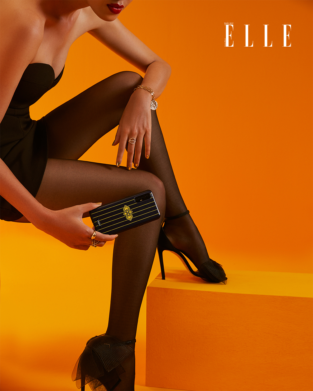Bộ ảnh thời trang Bản Ngã Thời Thượng - Người mẫu diện đầm quây đen, cầm điện thoại OPPO Reno3