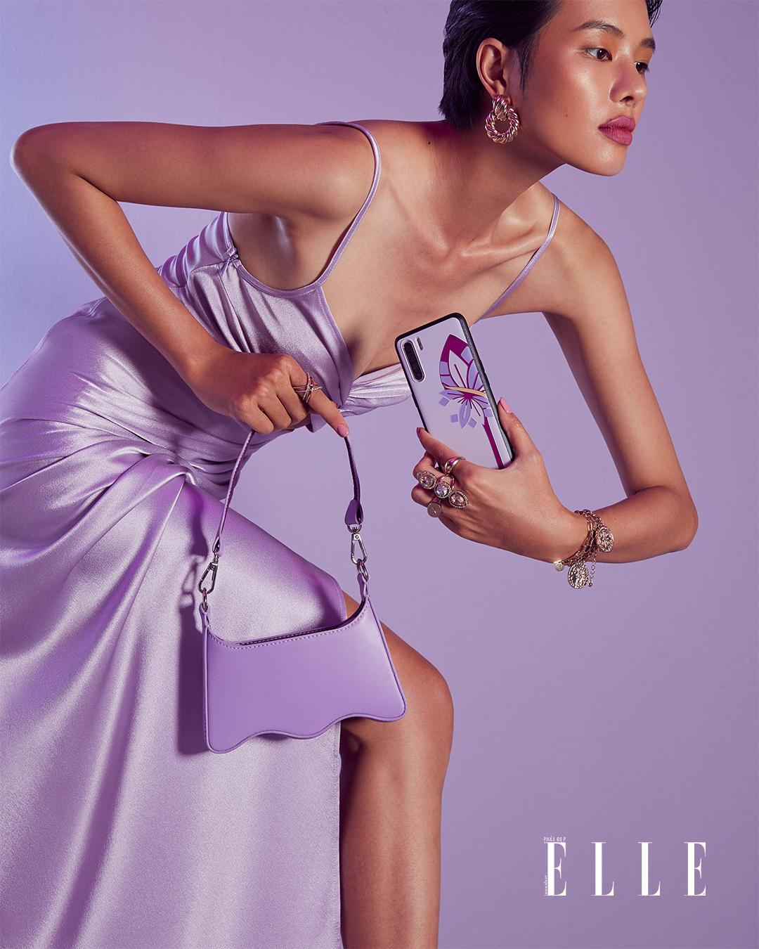 Bộ ảnh thời trang Bản Ngã Thời Thượng - Người mẫu diện đầm lụa tím nhạt, cầm điện thoại OPPO Reno3