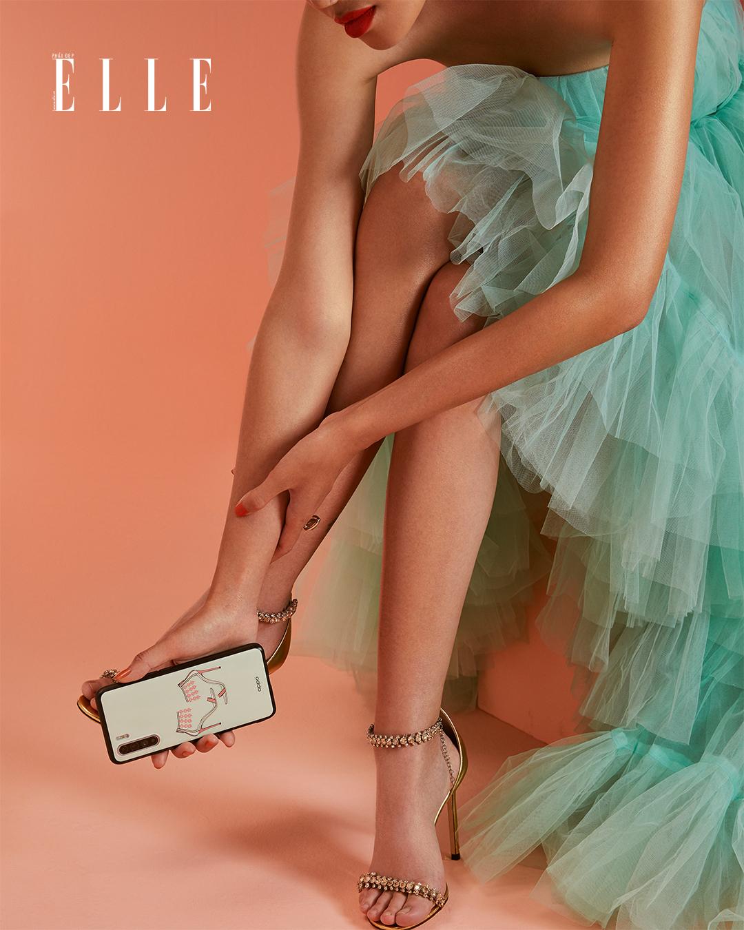 Bộ ảnh thời trang Bản Ngã Thời Thượng - Người mẫu diện đầm voan xanh nhạt, cầm điện thoại OPPO Reno3