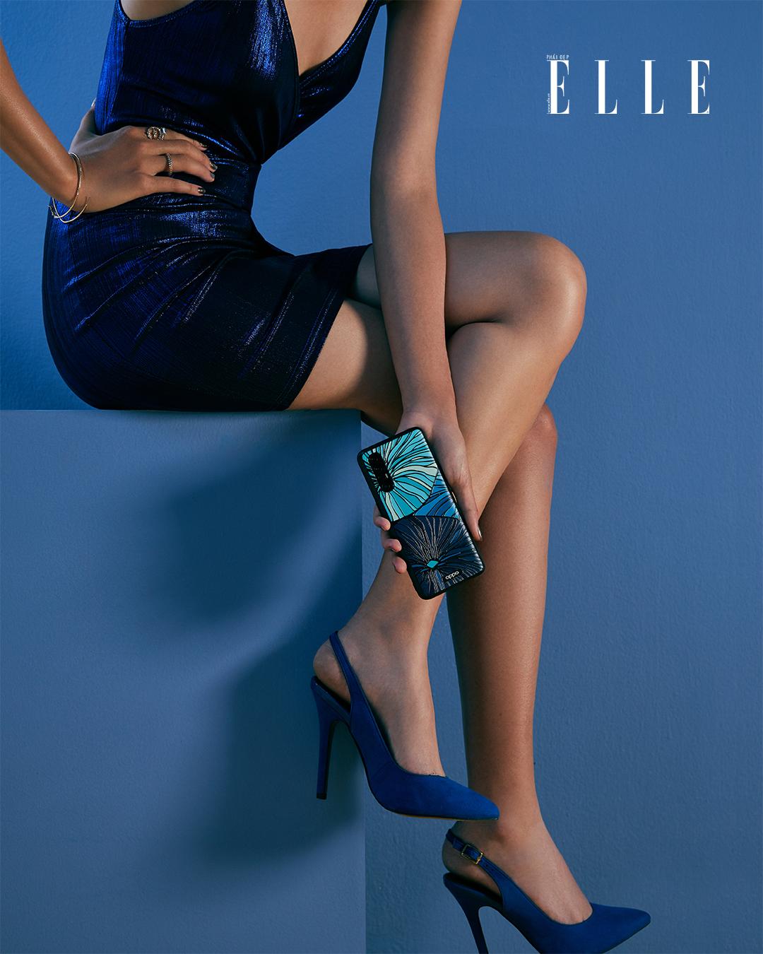 Bộ ảnh thời trang Bản Ngã Thời Thượng - Người mẫu diện đầm xanh ôm sát, cầm điện thoại OPPO Reno3