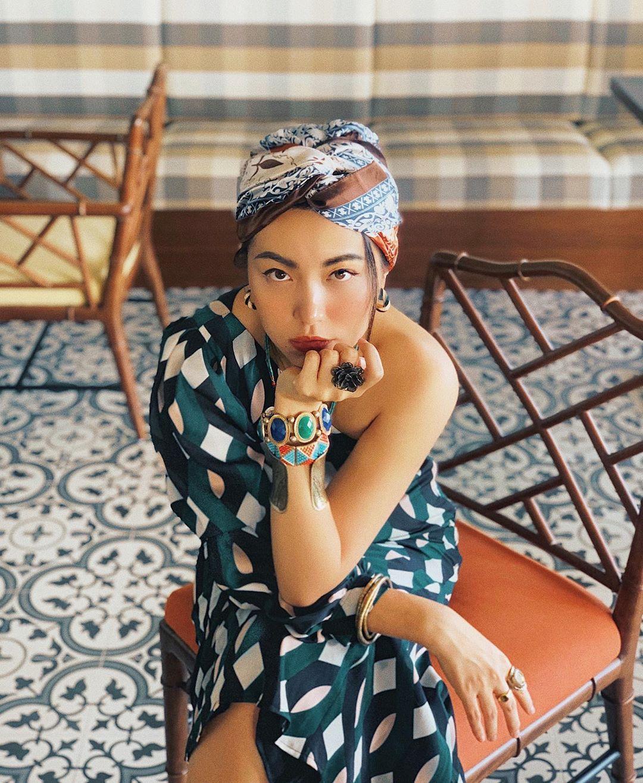 Lê Hà Trúc mặc đầm họa tiết màu xanh cổ vịt