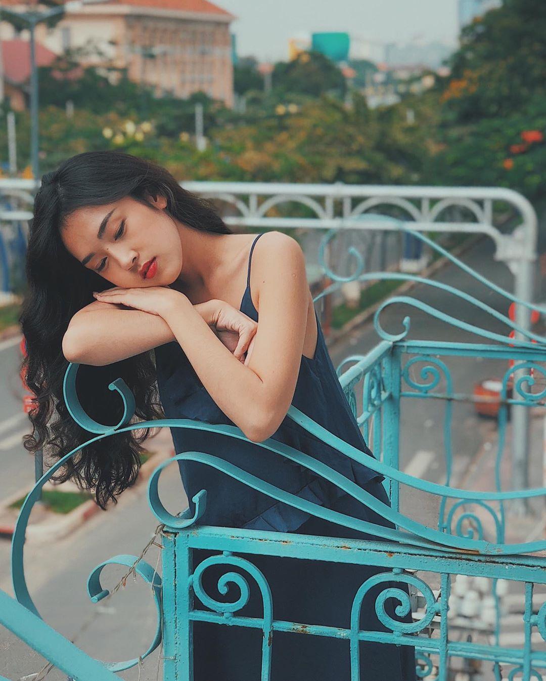 Misoa mặc đầm slip dress xanh cổ vịt