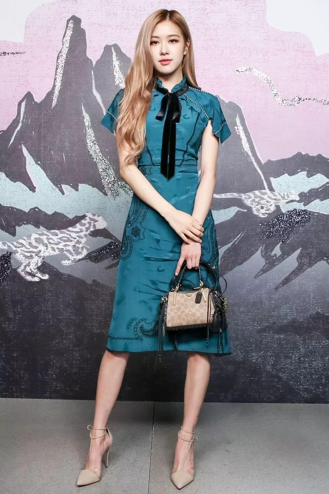 Rose Blackpink mặc đầm xanh cổ vịt dự show thời trang Coach