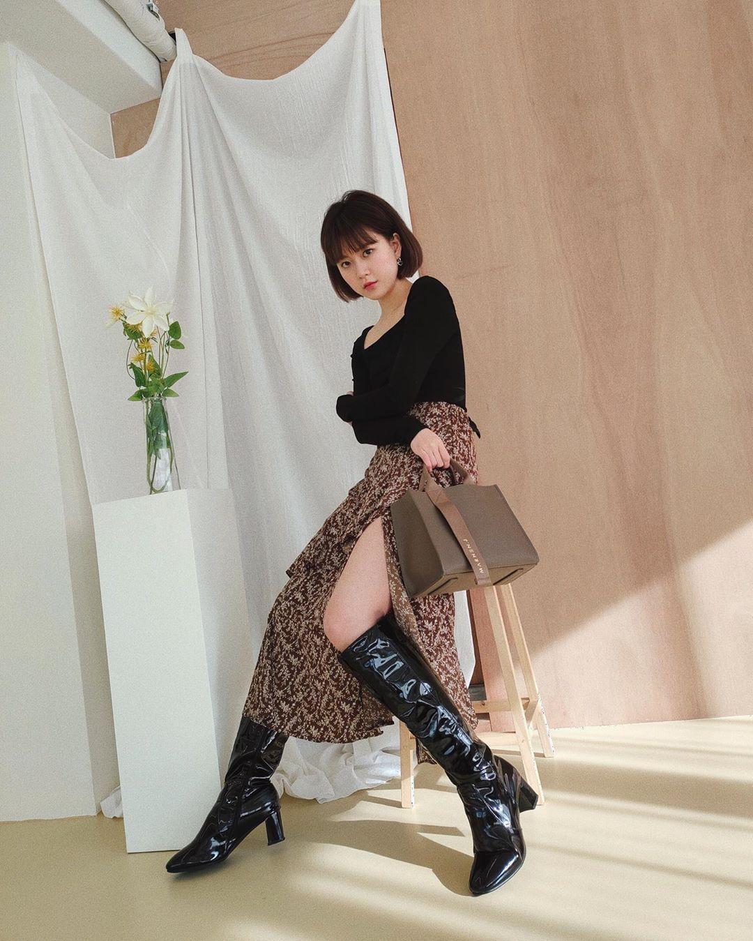 chân váy xòe dài xẻ tà áo thun đen dài tay