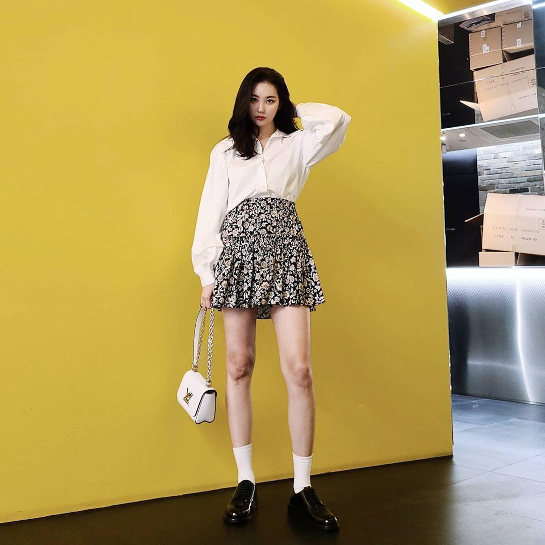 chân váy xòe họa tiết hoa áo sơmi trắng miyayeah