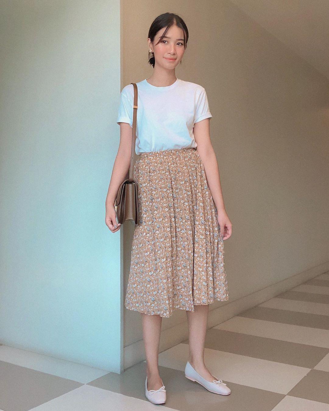 chân váy xòe dài họa tiết hoa nhí áo thun trắng