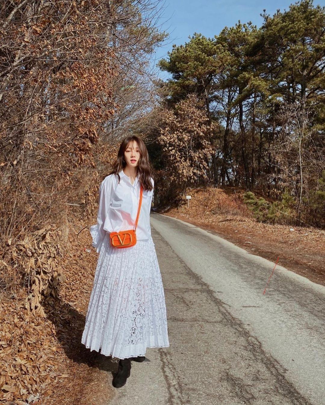chân váy xòe ren trắng áo sơmi trắng lee sung kyung